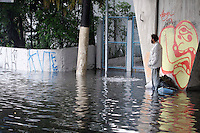 S&Atilde;O PAULO, SP, 07/01/2012, CHUVA EM SA&Otilde; PAULO.<br />  <br />  A forte e r&aacute;pida chuva que caiu sobre S&atilde;o Paulo deixou alguns pontos de alagamento, na foto morador de rua no meio do alagamento na  Av. Radial Leste. Luiz Guarnieri/ News Free
