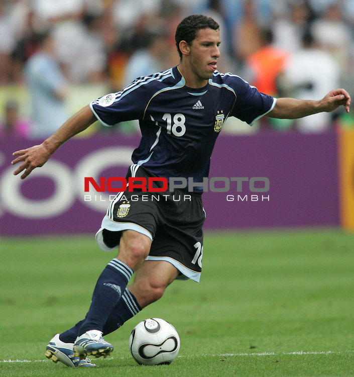 FIFA WM 2006 - Quarter-finals / Viertelfinale<br /> Play #57 (30-Jun) - Germany vs Argentina.<br /> Maxi Rodriguez from Argentina holds the ball during the match of the World Cup in Berlin.<br /> Foto &copy; nordphoto
