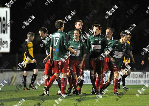 2012-10-13 / voetbal / seizoen 2012-2013 / Houtvenne - Lille / Garry De Graef (rechts van nr 17) heeft zojuist de 1-0 in de winkelhaak getrapt en wordt bejubeld door ondermeer Gleen Van Asten (nr 17)