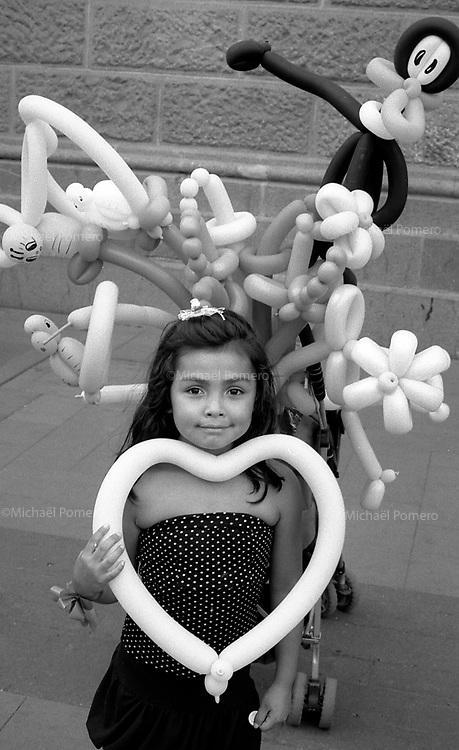 01.2010 Santiago de chile (Chile)<br /> <br /> Petite fille posant avec son ballon en forme de coeur.<br /> <br /> Young girl posing with her heart balloon.