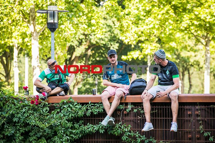 im Bild: rund um das Wohninvest Weserstadion feiern Fans des SV Werder das Erreichen der Relegation,<br /><br />Sport: nphgm001: Fussball: 1. Bundesliga: Saison 19/20: 34. Spieltag: SV Werder Bremen vs 1.FC Koeln 27.06.2020 <br /><br />Foto: Rauch/gumzmedia/nordphoto<br /><br />EDITORIAL USE ONLY