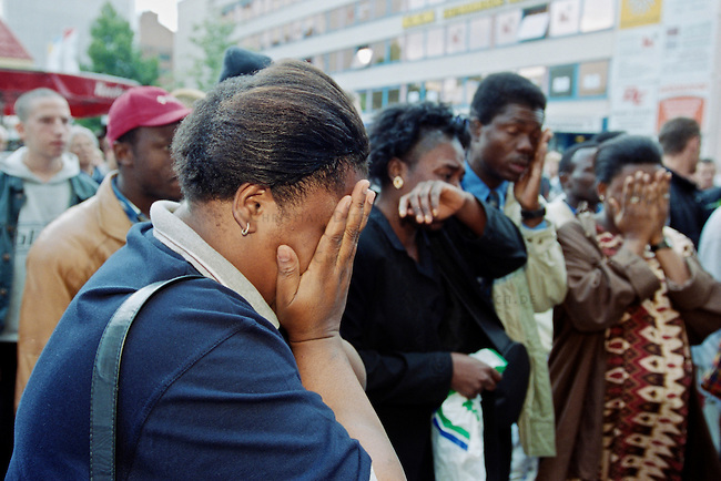 In der Nacht vom 10. auf den 11. Juni 2000 wurde der 39jaehrige Alberto Adriano aus Mosambik von drei Neonazis aus Wolfen und Bad Liebenwerda im Dessauer Stadtpark zusammengeschlagen. Der ehemalige DDR-Vertragsarbeiter verstarb drei Tage spa&Atilde;&agrave;ter am 14. Juni an seinen Verletzungen ohne aus dem verletzungsbedingten Koma zu erwachen. Adriano war 20 Jahre zuvor von der DDR-Regierung als sog. &quot;Vertragsarbeiter&quot; in die DDR geholt worden und wollte noch im Sommer 2000 mit seiner Frau und drei Kindern zurueck nach Mosambik.<br /> Bereits wenige Tage zuvor hatten die Moerder von Alberto Adriano einen anderen Mann aus Afrika zusammengeschlagen und schwer verletzt.<br /> Die Taeter wurden noch am Tatort festgenommen und die Generalbundesanwaltschaft hat die Ermittlungen wegen der &quot;Gefaehrdung der inneren Sicherheit Deutschlands&quot; uebernommen. Als Tatmotiv gaben sie &quot;Fremdenhass&quot; an.<br /> Im Bild: Eine Demonstration von Freunden und Angehoerigen zog durch die Innenstadt zum Ort an dem Adriano ermordet wurde.<br /> 16.6.2000, Dessau<br /> Copyright: Christian-Ditsch.de<br /> [Inhaltsveraendernde Manipulation des Fotos nur nach ausdruecklicher Genehmigung des Fotografen. Vereinbarungen ueber Abtretung von Persoenlichkeitsrechten/Model Release der abgebildeten Person/Personen liegen nicht vor. NO MODEL RELEASE! Nur fuer Redaktionelle Zwecke. Don't publish without copyright Christian-Ditsch.de, Veroeffentlichung nur mit Fotografennennung, sowie gegen Honorar, MwSt. und Beleg. Konto: I N G - D i B a, IBAN DE58500105175400192269, BIC INGDDEFFXXX, Kontakt: post@christian-ditsch.de<br /> Bei der Bearbeitung der Dateiinformationen darf die Urheberkennzeichnung in den EXIF- und  IPTC-Daten nicht entfernt werden, diese sind in digitalen Medien nach &sect;95c UrhG rechtlich gesch&uuml;tzt. Der Urhebervermerk wird gemaess &sect;13 UrhG verlangt.]