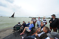SKUTSJESILEN: LEMMER: Lemster baai, 31-07-2013, SKS skûtsjesilen, Lemmer 1, publiek op de pier, ©foto Martin de Jong
