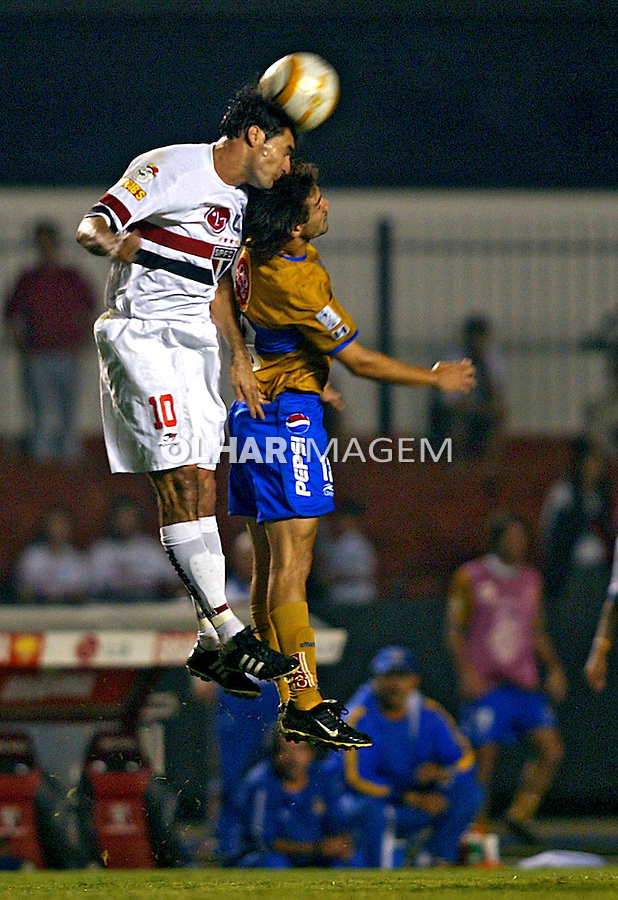 Jogo de futebol entre São Paulo e Tigres, Copa Libertadores. SP. 2005. Foto de caetano Barreira.