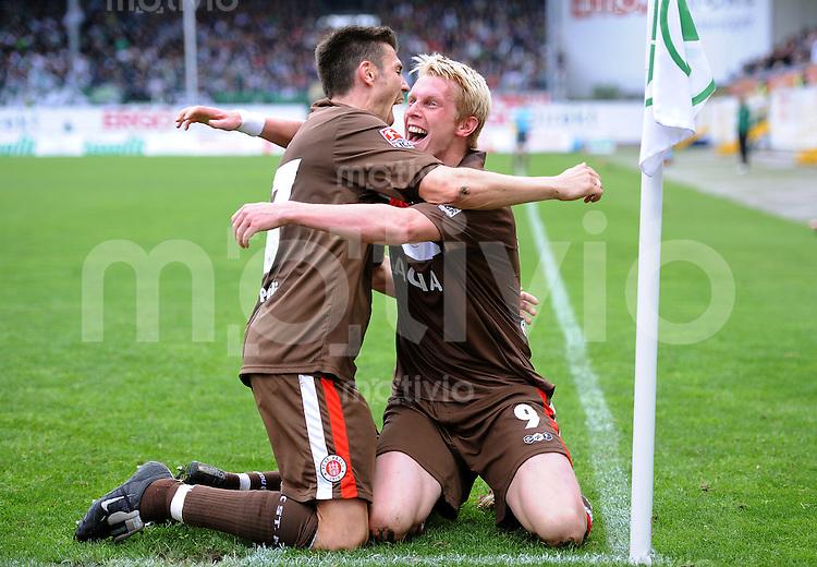 2. Fussball Bundesliga :  Saison   2009/2010   33. Spieltag SpVgg Greuther Fuerth - FC St. Pauli       02.05.2010 Jubel um den Torschuetzen zum 1:2, Marius Ebbers mit Fabian Boll (v. re., Pauli)