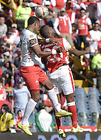 BOGOTÁ -COLOMBIA, 12-09-2015. Daniel Angulo (Der) jugador de Independiente Santa Fe disputa el balón con Maicol Medina (Izq) jugador de Patriotas FC durante partido por la fecha 12 de la Liga Aguila II 2015 jugado en el estadio Nemesio Camacho El Campín de la ciudad de Bogotá./ Daniel Angulo (R) player of Independiente Santa Fe fights for the ball with Maicol Medina (L) player of Patriotas FC during the match for the 12th date of the Aguila League II 2015 played at Nemesio Camacho El Campin stadium in Bogotá city. Photo: VizzorImage/ Gabriel Aponte / Staff
