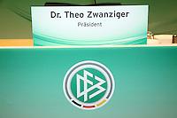 Schild weist Dr. Theo Zwanziger noch als DFB-Präsident aus
