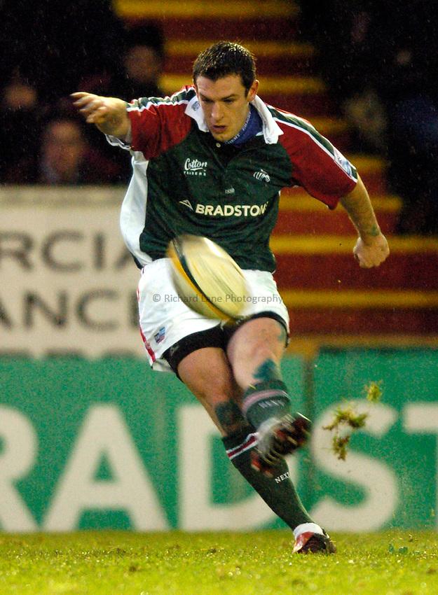 Photo: Richard Lane..Leicester Tiger v Gloucester. Powergen Cup. 18/12/2004..Ross Broadfoot kicks.