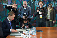 Berlin, Bundesgesundheitsminister Daniel Bahr (FDP l.) zu Beginn der Kabinettssitzung, Kanzleramt, Deutschland - April 17. (Photo by Maja Hitij/commonlens)