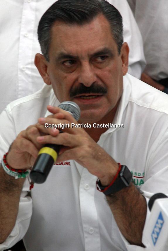 Oaxaca de Juárez, Oax. 04/05/2016.- En conferencia de prensa, el candidato del Partido Revolucionario Institucional (PRI) a la presidencia municipal de Oaxaca de Juárez, José Antonio Hernández Fraguas, presentó a los miembros de su planilla para contender este 5 de junio.