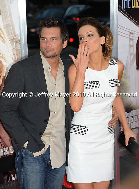 """HOLLYWOOD, CA. - August 23: Kate Beckinsale and husband Len Wiseman arrive at the """"Going The Distance"""" Los Angeles premiere at Grauman's Chinese Theatre on August 23, 2010 in Hollywood, California."""