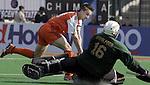 Champions Trophy hockey mannen. Nederland-Nieuw Zeeland (5-2). Rob Reckers stuit op de Nieuwzeelandse doelman Paul Woolford.