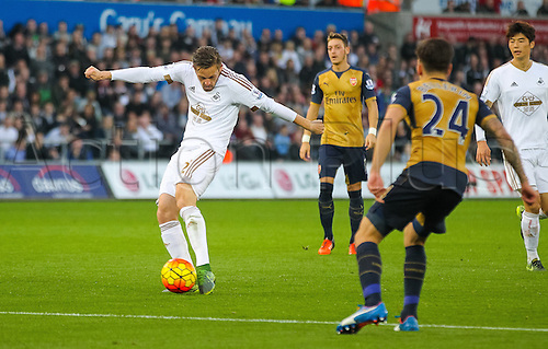 31.10.2015. Liberty Stadium, Swansea, Wales. Barclays Premier League. Swansea versus Arsenal. Swansea City's Gylfi Sigurdsson shoots at goal