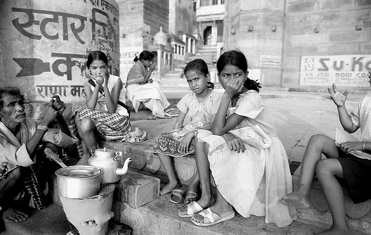 Varanasi (Uttar Pradesh)<br /> <br /> In the ghat where you can buy tea.<br /> <br /> Sur le ghat ou vous pouvez acheter un thé.