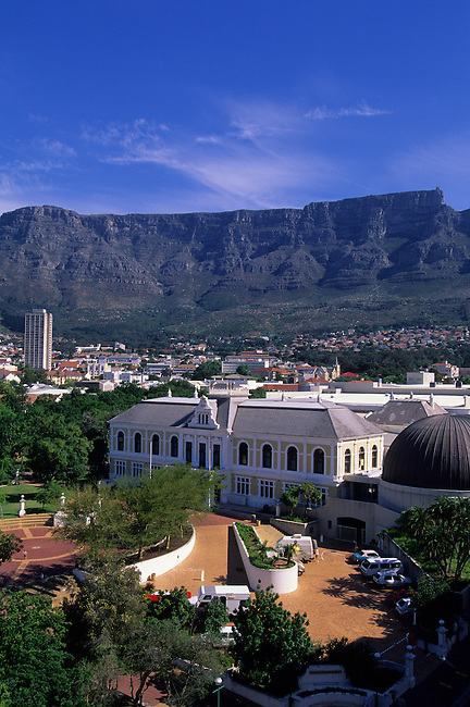 SOUTH AFRICA, CAPE TOWN, VIEW OF SOUTH AFRICAN MUSEUM, TABLE MOUNTAIN IN BACKGROUND