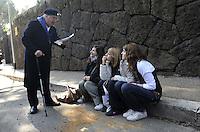 Roma, 23 Marzo 2009.Mausoleo delle Fosse Ardeatine.Le tombe dei 335 martiri uccisi dai nazisti il 24 Marzo 1944..Le scuole del municipio XI hanno attraversato il quartiere in corteo fino alle fosse ardeatine dove hanno liberato centinaia di palloncini con i nomi dei martiri..Nella foto un ex deportato con giovani in visita.Rome, 23 March 2009.Mausoleum of the Ardeatine.The graves of 335 martyrs killed by the Nazis March 24, 1944
