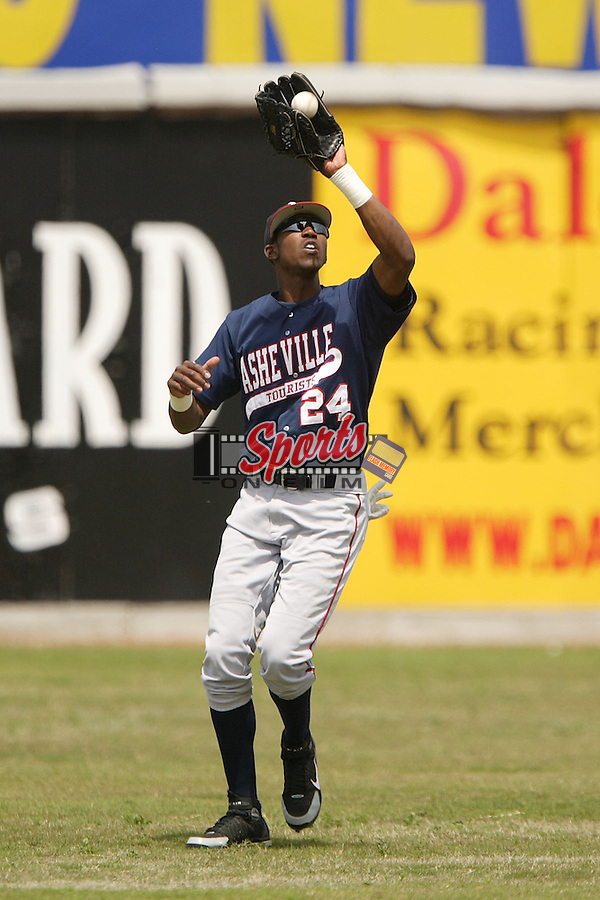 Asheville center fielder Dexter Fowler (24) hauls in a fly ball versus Hickory at L.P. Frans Stadium in Hickory, NC, Sunday, May 21, 2006.  Hickory defeated Asheville 5-4.