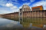 WESTERVOORT - In Westervoort komt in voormalige uiterwaard op de rechteroever van de Neder-Rijn en de IJssel een opmerkelijk gevormd en door aannemingsbedrijf Van den Biggelaar gebouwd gemaal te voorschijn uit de betonbekisting. Het betonnen gebouw is onderdeel van het rivierverruimingsproject Hondsbroeksche Pleij waarbij Van den Biggelaar samen met Royal Haskoning in opdracht van Rijkswaterstaat ondermeer een dijk landinwaarts  verlegd hebben, een 150 meter lang betonnen regelwerk is gebouwd en hoogwatergeulen gegraven hebben. Het gemaal dat is gebouwd aan de voet van een dijk die rust op een waterdichte fundament van cement-betonietmengsel, moet bij hoogwater, de grondwateroverlast achter de dijk, in het bewoonde gebied, voorkomen door dit terug te pompen in de rivier. COPYRIGHT TON BORSBOOM