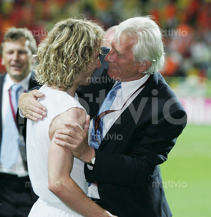 Fussball INTERNATIONAL EURO 2004 in Aveiri  im Stadion Aveiro Municipal Holland 2-3 Tschechien JUBEL CZE; Pavel Nedved (li) und Trainer Karel Broeckner