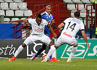 MANIZALES-COLOMBIA-24-08-2014. Luis Murillo (I) de Once Caldas disputa el balón con Lewis Ochoa (D) del Millonarios durante partido de la fecha 6 de la Liga Postobón II 2014 jugado en el estadio Palogrande de Manizales./ Once Caldas Player Luis Murillo (L) fights for the ball with Millonarios player Lewis Ochoa (R) during match of the 10th date of Postobon  League II 2014 played at Palogrande  stadium in Manizales city. Photo: VizzorImage/Jhon Jairo Bonilla/STR