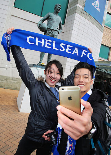05.03.2016. Stamford Bridge, London, England. Barclays Premier League. Chelsea versus Stoke City. Chelsea fans grab a quick selfie in front of the Peter Osgood memorial outside Stamford Bridge