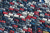 Autos fuer Afrika: EUROPA, DEUTSCHLAND, HAMBURG, (EUROPE, GERMANY), 09.10.2008:Hamburger Hafen, Kleiner Grassbrook, Gebrauchtwagen,  warten auf Schiffstransport in das Ausland, Export, Auto, Kfz, Bus, Kleinbus, Transportmittel fuer Afrika, Schrott, Verwertung, Reihe, warten, anstehen, Abtransport, voll, belegt, Parkplatz, Raumnot, Lager, Logistik, CO2, Benzin, Diesel, Treibstoff, Schlange, farbig, Daecher,