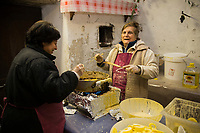 Italie, Val d'Aoste, Bard, Pour le marché de Noël les femmes du village cuisent des beignets de pomme // Italy, Aosta Valley, Bard: For the Christmas market village women cook the apple fritters