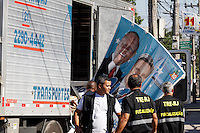 ATENÇÃO EDITOR: FOTO EMBARGADA PARA VEÍCULOS INTERNACIONAIS. - RIO DE JANEIRO,RJ,01 DE OUTUBRO DE 2012- FISCALIZAÇÃO  TRE-RJ COMUNIDADE DO MUQUIÇO- Ficalização do TRE-RJ realiza retira  de propaganda  eleitoral na  Comudade doo Moquiço, zona oeste-RJ, com apoio do Exército.<br /> ( GUTO MAIA / BRAZIL PHOTO PRESS )