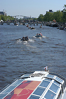 AMSTERDAM-HOLANDA-  Un bote de turismo por uno de los canales de la ciudad./ A tourist boat drive by one of the waterways of the city. Photo: VizzorImage/STR