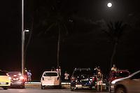 MACEIÓ, AL, 14.11.2016 – SUPER-LUA – Pessoas observam a Lua cheia na orla de Cruz das Almas, parte baixa da cidade de Maceió em Alagoas na noite desta segunda-feira, 14. (Foto: Alisson Frazão/Brazil Photo Press)