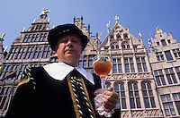 Europe/Belgique/Flandre/Province d'Anvers/Anvers : Anversois en costume historique et une Bolleke à la main pour commémorer l'entrée de Charles Quint à Anvers 1515