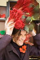 Europe/France/Provence-Alpes-Côte d'Azur/06/Alpes-Maritimes/Nice:  Atelier des costumes du Carnaval- Essayage d'un chapeau créé par Fabienne d'Alexandry styliste