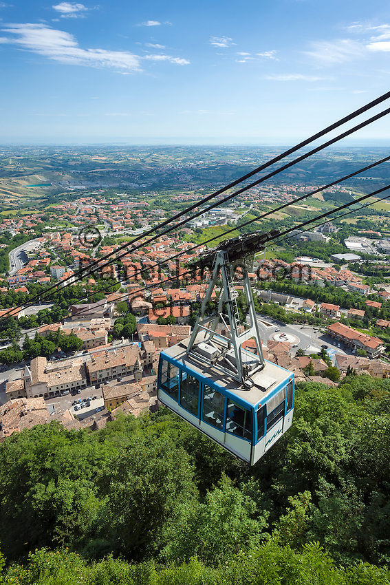 Republic of San Marino, San Marino City: aerial tramway connecting the City of San Marino on top of Monte Titano with Borgo Maggiore   Republik San Marino, San Marino Stadt: Seilbahn vom Borgo Maggiore auf den Monte Titano