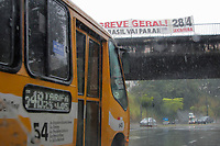 BELO HORIZONTE, MG, 28.04.2017 - GREVE-MG - Manifestantes durante ato do dia nacional de paralisações e greves contra as reformas Previdenciária e Trabalhista., na região central de Belo Horizonte, nesta sexta-feira, 28.(Foto: Doug Patricio/Brazil Photo Press)