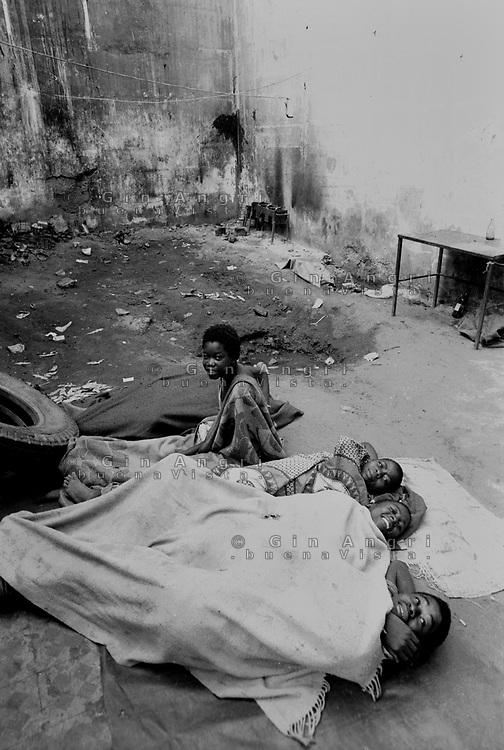 Mozambico, Africa, bambini di strada in casa abbandonata