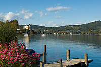 Oesterreich, Kaernten, Reifnitz am Woerthersee: Bootssteg, im Hintergrund Schloss Reifnitz - Klein Miramar in der Reifnitzer Bucht | Austria, Carinthia, Reifnitz at Lake Woerth: landing pier, at background castle Reifnitz