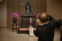 Un couple de touristes chinois se photographie devant la statue de Sun Yat Sen dans le hall du Musée historique national qui porte le même nom que la cité interdite (gugong) revendiquant lui aussi d'être le vieux palais.