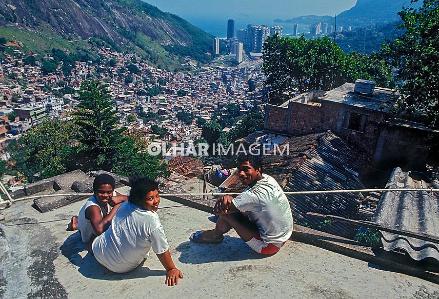 Familia na laje, favela da Rocinha, Rio de Janeiro. 1988. Foto de Juca Martins.