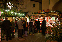 Oesterreich, Salzburger Land, Stadt Salzburg: Weihnachtsstaende in der Altstadt, der Gluehweinstand ist gut besucht | Austria, Salzburger Land, Salzburg: Christmas stalls at Old Town, hot wine punch stall is well frequented
