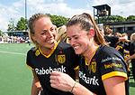 DEN BOSCH - Lidewij Welten (Den Bosch)  met Maartje Paumen (Den Bosch) , die haar laatste wedstrijd speelde voor Den Bosch,  ,  na    de finale van de EuroHockey Club Cup, Den Bosch-UHC Hamburg (2-1) .  .COPYRIGHT  KOEN SUYK