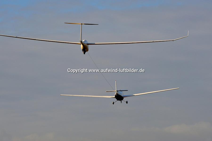 Flugzeugschlepp: EUROPA, DEUTSCHLAND, HAMBURG, (GERMANY), 07.12.2008:Scheibe Falke schleppt DG 1000 in Boberg,  Flugzeugschlepp, Seil, ziehen, Schleppen, Schleppseil, Start, Flugplatz, Flugzeug, Segelflugzeug, Segelflieger, fliegen, abheben, schweben . c o p y r i g h t : A U F W I N D - L U F T B I L D E R . de.G e r t r u d - B a e u m e r - S t i e g 1 0 2, 2 1 0 3 5 H a m b u r g , G e r m a n y P h o n e + 4 9 (0) 1 7 1 - 6 8 6 6 0 6 9 E m a i l H w e i 1 @ a o l . c o m w w w . a u f w i n d - l u f t b i l d e r . d e.K o n t o : P o s t b a n k H a m b u r g .B l z : 2 0 0 1 0 0 2 0  K o n t o : 5 8 3 6 5 7 2 0 9.V e r o e f f e n t l i c h u n g n u r m i t H o n o r a r n a c h M F M, N a m e n s n e n n u n g u n d B e l e g e x e m p l a r !.