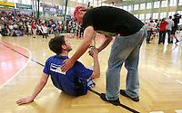 Handball - Relegationsspiel zum Aufstieg in die 2. Bundesliga - SC DHfK Leipzig spielt zu Hause in der Ernst-Grube-Halle gegen Dessau-Rosslauer HV..Im Bild: Falko Müller (Dessau) wird von einem Fans abgeklatscht. .Foto: Christian Nitsche.Jegliche kommerzielle Nutzung ist honorar- und mehrwertsteuerpflichtig! Persönlichkeitsrechte sind zu wahren. Es wird keine Haftung übernommen bei Verletzung von Rechten Dritter. Autoren-Nennung gem. §13 UrhGes. wird verlangt. Weitergabe an Dritte nur nach vorheriger Absprache.
