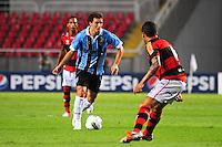 ATENCAO EDITOR: FOTO EMBARGADA PARA VEÍCULOS INTERNACIONAIS. - RIO DE JANEIRO, RJ, 16 DE SETEMBRO DE 2012 - CAMPEONATO BRASILEIRO - FLAMENGO X GREMIO - Elano, jogador do Gremio, durante partida contra o Flamengo, pela 25a rodada do Campeonato Brasileiro, no Stadium Rio (Engenhao), na cidade do Rio de Janeiro, neste domingo, 16. FOTO BRUNO TURANO BRAZIL PHOTO PRESS