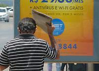 CLIMA TEMPO - BRASÍLIA,DF 22 DE FEVEREIRO DE 2013. CALOR EM BRASÍLIA - DF. Nesta tarde de sexta feira (22) os brasilienses estão sofrendo com o calor e se protegendo com sombrinhas e papelão. FOTO: RONALDO BRANDÃO/BRAZIL PHOTO PRESS