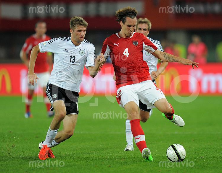 Fussball International  WM Qualifikation 2014   11.09.2012 Oesterreich - Deutschland Thomas Mueller (li, Deutschland) gegen Emanuel POGATETZ (Oesterreich)