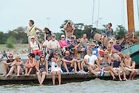 SKUTSJESILEN: LEMMER: Lemster Baai, 17-08-2012, IFKS skûtsjesilen, A-Klasse, toeschouwers op de pier, ©foto Martin de Jong