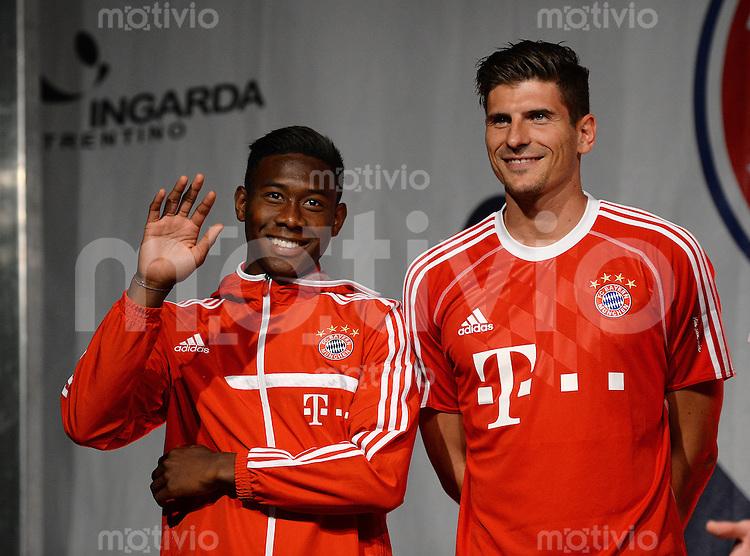 Fussball 1. Bundesliga Saison 2013/2014  Trainingslager des FC Bayern Muenchen 04.07.2013 David Alaba (li) und Mario Gomez bei der FC Bayern Mannschaftspraesentation auf dem historische Piazza 3 Novembre von Riva.