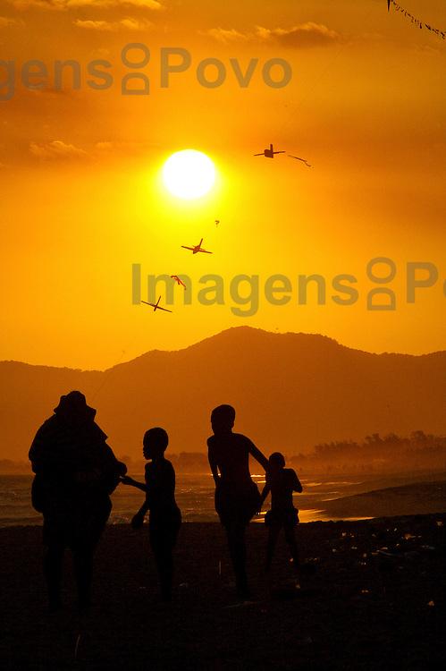 Fim de tarde na praia da Barra. Barra da Tijuca, Rio de Janeiro, Brasil.