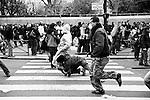 Armés de matraques téléscopiques, les policiers en civil chargent régulièrement pour appréhender sans ménagement les fauteurs de trouble, repérés au préalable.