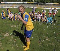Fussball, 2. Bundesliga, Frauen. Lok Leipzig gegen HSV II. im Bild: Katharina Freitag zelebriert vor den Fans den Aufstieg. .Foto: Alexander Bley